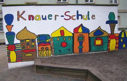 Illustration der Seite Aktuelles und Termine -Foto der buntbemalten Wand im Pausenhof