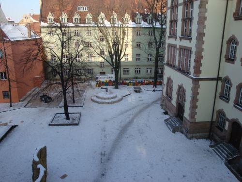 Foto vom Pausenhof im Winter - Auf der Seite Ferienordnung