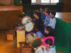 Foto einer Schlagzeug-Gruppe  aus dem Projekt Musikalische Grundbildung