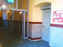 Foto des Eingangs der provisorischen Mittagsbetreuung während des Umbaus