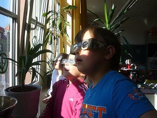 Foto: Klasse 1a betrachtet die Sonnenfinsternis
