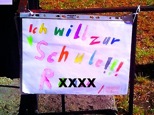 Bild: Erste Beschwerden der Grundschüler am Zaun der Knauerschule